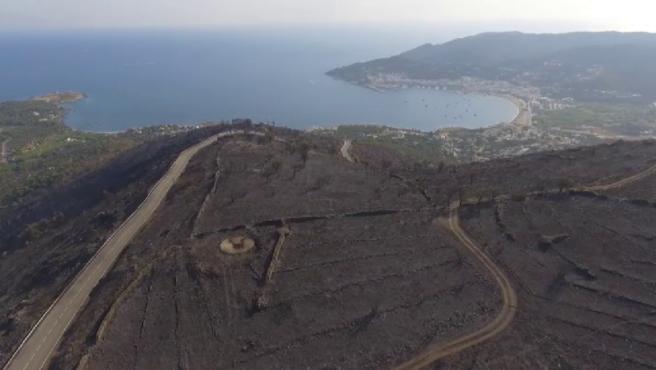 Era una de las carreteras más bonitas de la costa catalana. Ahora el mar contrasta con el negro carbonizado que ha dejado el incendio del Cap de Creus. Más de 400 hectáreas de este parque natural han quedado arrasadas por este fuego provocado por una colilla arrojada desde un coche.