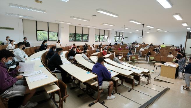 Alumnos esperan para empezar  las pruebas de la EBAU en la facultad de Psicología de la USC en Santiago de Compostela