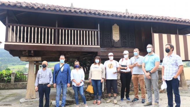 El presidente de la Junta y representantes de grupos parlamentarios visitan el patrimonio etnográfico de Carreño