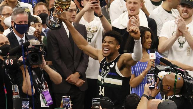 Los Bucks se proclaman campeones de la NBA tras derrotar a los Suns con un  inmenso Antetokounmpo