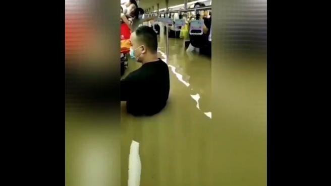 Imágenes del metro de Zhengzhou en China inundado