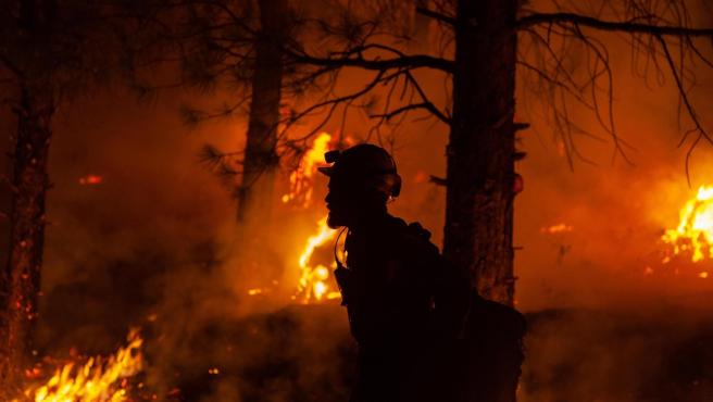 Un bombero lucha contra el fuego en el incendio bautizado como 'Bootleg', en Oregón (EE UU).