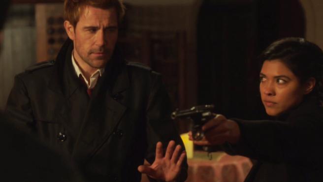 John (Matt Ryan) y Spooner (Lisseth Chavez) en el episodio 'Bad Blood'