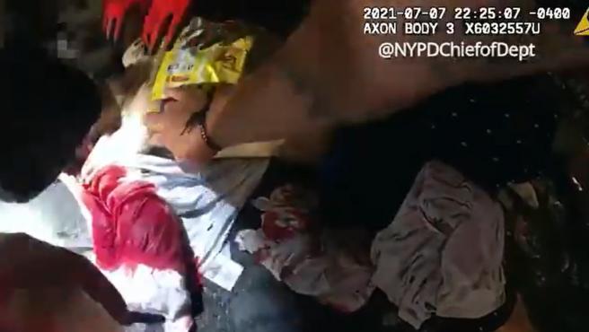 El momento en el que la policía de Nueva York tapona la herida con una bolsa de patatas fritas.