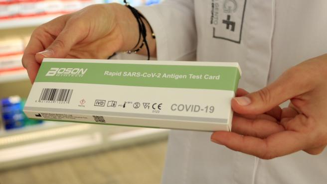 Una caja de un test de antígenos rápido en una farmacia, el día antes de que entre en vigor la regulación de su venta sin receta médica.