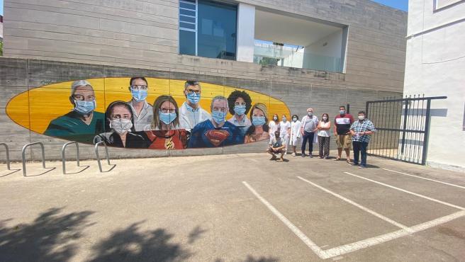 Bellreguard rinde homenaje a los sanitarios con un gran mural junto en el centro de salud