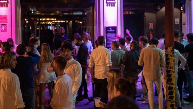 Jóvenes ante una discoteca