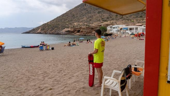 La bandera amarilla ondea en seis playas de Águilas, Cartagena y San Javier