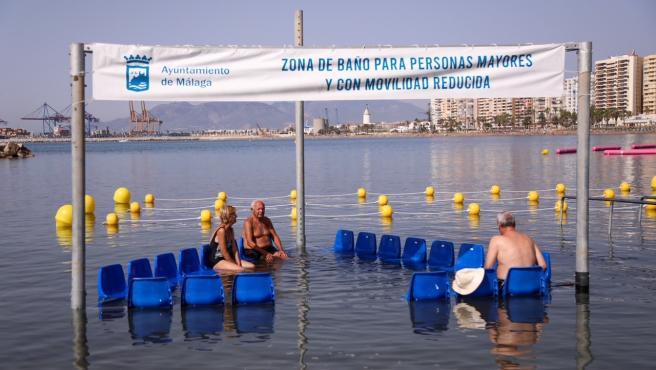 La capital incorpora la primera zona de baño adaptada para uso de personas con dificultades de movilidad