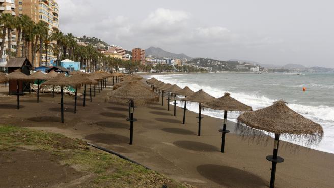 MLG 19-03-2020.-Vista de la playa de La Malagueta donde permanece cerrada desde que el Gobierno de España  decretó el Estado de Alarma a causa de la pandemia al brote del nuevo coronavirus, COVID-19.-ÁLEX ZEA.