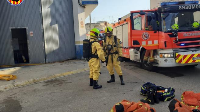 Sucesos.-Bomberos paran una fuga de amoníaco en Guadassuar que ha obligado a confinar parte de la población