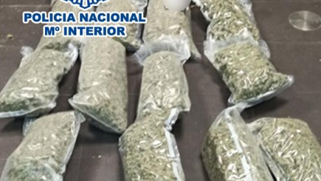 Sucesos.- Cae un grupo criminal dedicado al tráfico de drogas que iba a enviar 25 kg de marihuana a Holanda