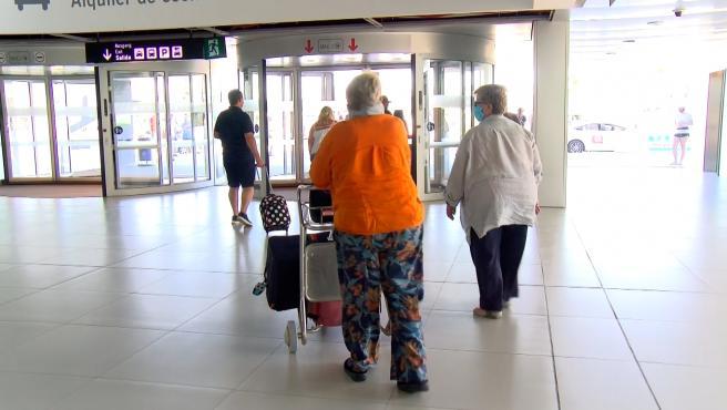 Turistas británicos llegan al aeropuerto de la Región de Murcia