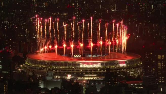 El público, fuera del estadio, pudo disfrutar de los impresionantes fuegos artificiales que daban comienzo a la ceremonia de inauguración de los Juegos Olímpicos de Tokio.
