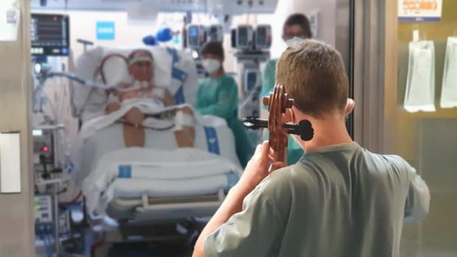 """Antes de restringir las visitas como consecuencia de la quinta ola de COVID-19, la UCI del Hospital Vall d'Hebron acogió el concierto de violonchelo que un chico de 13 años dedicó a su padre, ingresado por COVID-19 a causa de la reacción inflamatoria que le causó el virus.  El hospital ha compartido el momento a través de Twitter, a la vez que ha aclarado que una semana después de ese momento el padre ha podido ser desconectado del dispositivo que lo ayudaba a respirar porque """"sus pulmones ya funcionan"""", aunque ahora """"se esfuerza por recuperar la musculatura""""."""