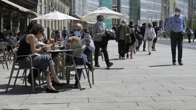 A Coruña.-  Nuevas medidas en hosteñería en la que pasan de un máximo de cuatro a seis personas en interiores y de seis a diez en exteriores. La nueva norma afecta tanto a domicilios particulares como a los locales d