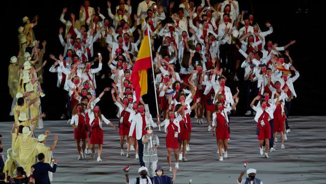 Saúl Craviotto y Mireia Belmonte, al frente del desfile de España en la inauguración de Tokio 2020.