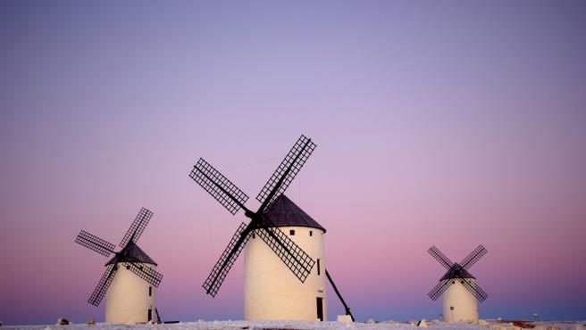 Los molinos y las ventas manchegas son dos de los signos manchegos que aparecen en El Quijote.