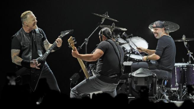 James Hetfield, Robert Trujillo y Lars Ulrich en un concierto de Metallica.