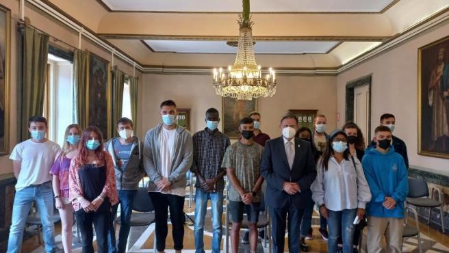 El alcalde recibe a los 15 jóvenes ovetenses que participan en el programa Erasmus+