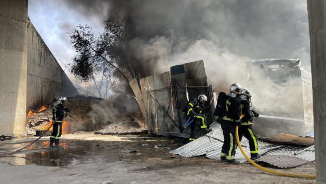 Los cuerpos de Bomberos tratan de apaciguar el incendio.
