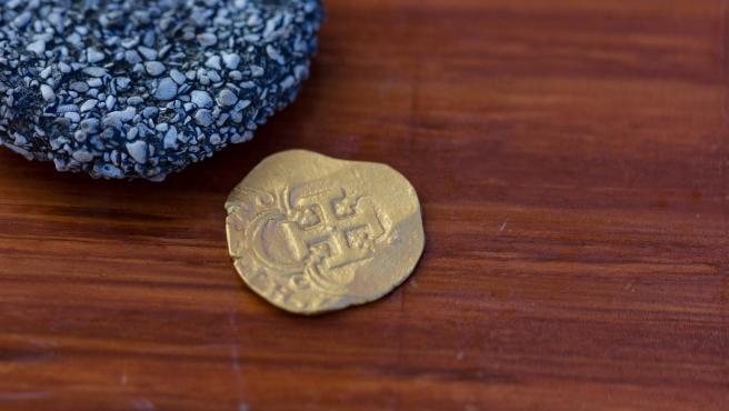 Moneda de oro del cargamento del galeón español 'Nuestra Señora de Atocha', hallada en aguas de los Cayos de Florida (EE UU).