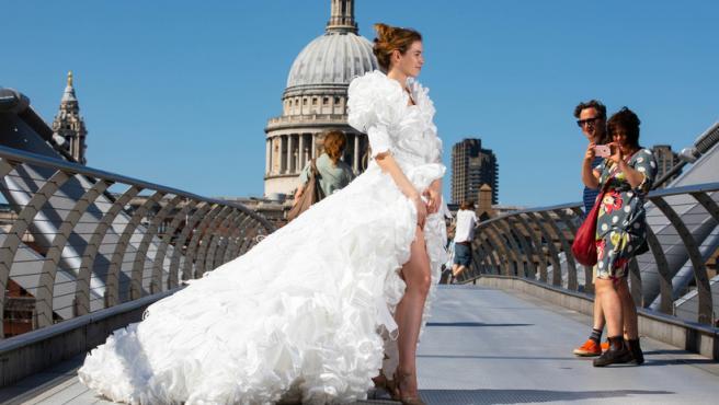 Vestido de novia fabricado con mascarillas recicladas.