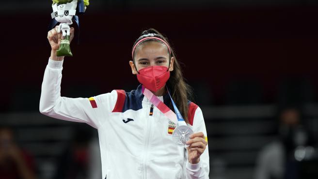 Adriana Cerezo posa con su medalla de plata.