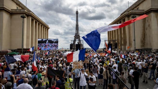 Protestas en la plaza de Trocadero, en París, contra el certificado nacional de vacunación.