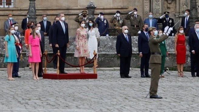 Los reyes Felipe VI (c-i) y Letizia (c-d), acompañados de sus hijas, la princesa de Asturias Leonor (2i) y la Infanta Doña Sofía (i), presiden la ofrenda al Apóstol Santiago, en la Catedral de Santiago de Compostela.