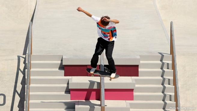 Yuto Horigome realiza un truco durante la final de skate en modalidad de street.