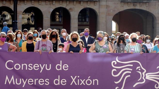 Centenares de personas expresan su repulsa a la agresión en Gijón.