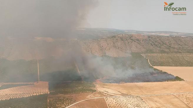 Controlado el fuego de Tobarra, en el que continúan trabajando tres medios y 21 personas