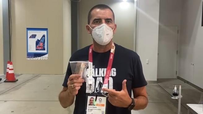 Germán Dobarro nos enseña otro de los controles que deben pasar diariamente en Tokio.