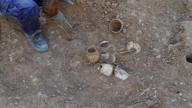 Hallan una vajilla completa del siglo XV en la excavación arqueológica de la plaza del Ángel de València