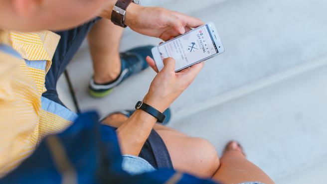 Imagen de archivo de un chico mirando el móvil.
