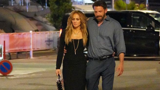 Jennifer Lopez y Ben Affleck dan un paseo.