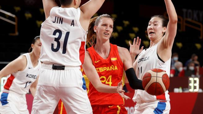 Laura Gil disputa el balón con Jin An y Bae Hyeyoon, durante el partido de baloncesto femenino entre España y Corea y del Sur, en los Juegos Olímpicos de Tokio.