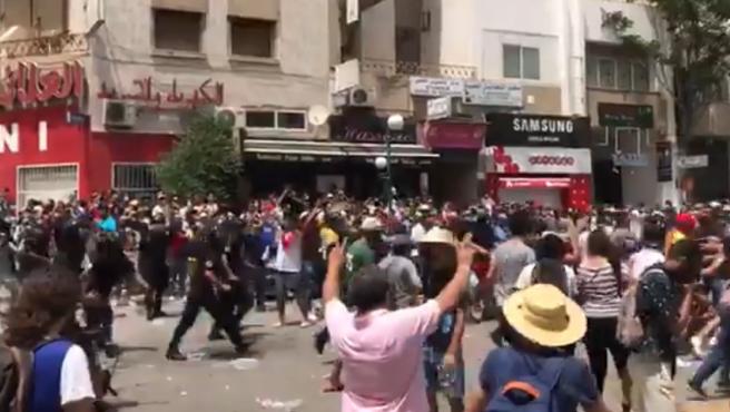 La policía dispersa a manifestantes frente al parlamento en Túnez.