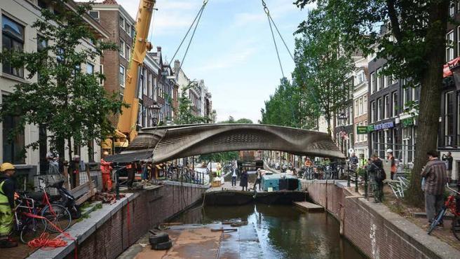 El puente está ubicado en el barrio rojo, situado en la capital de los Países Bajos.