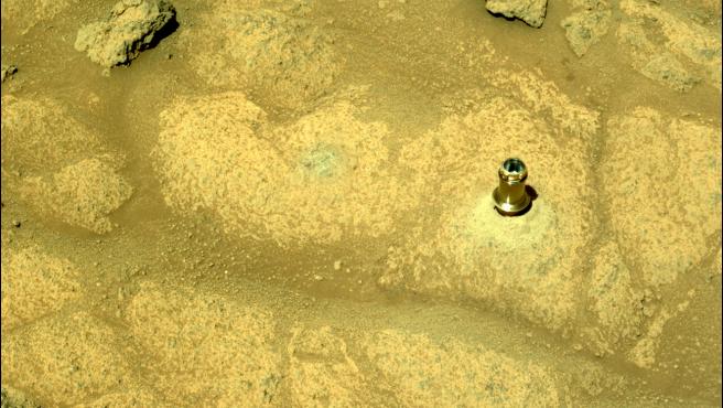Broca dejada en el suelo de Marte por el rover Perseverance