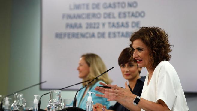 La ministra de Hacienda, María Jesús Montero, junto a la vicepresidenta Nadia Calviño y la portavoz Isabel Rodríguez.