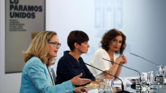 La vicepresidenta Nadia Calviño, junto a Isabel Rodríguez (portavoz) y María Jesús Montero (Hacienda).