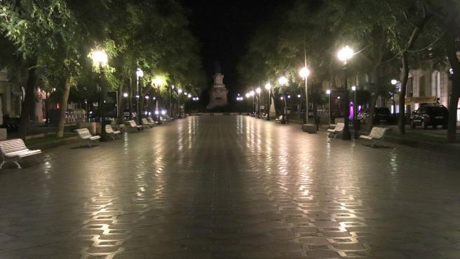 La Rambla Nova de Tarragona, vacía por el toque de queda.