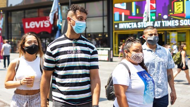 Varias personas con mascarillas, en Times Square, Nueva York (EE UU).