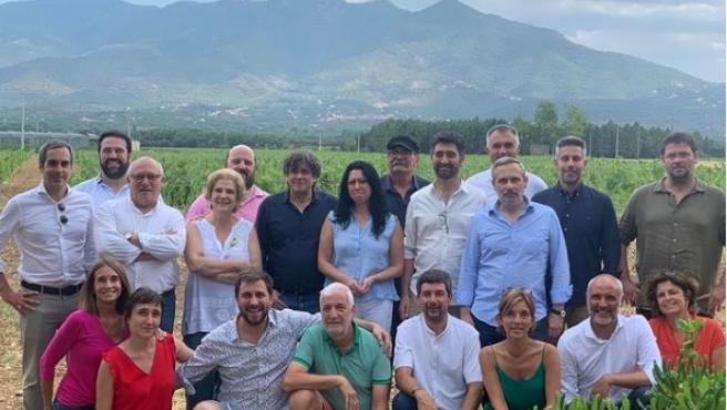 Pilar Rahola junto a Carles Puigdemont y un grupo de amigos.