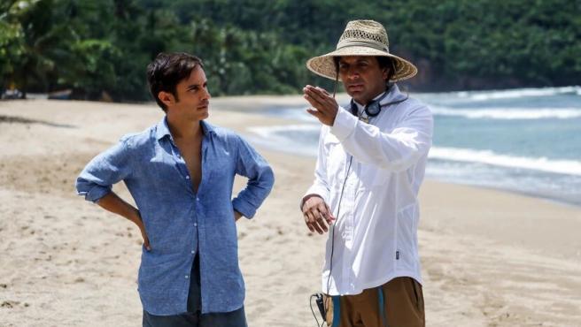 M. Night Shyamalan dirige a Gael García Bernal en el set de 'Tiempo'