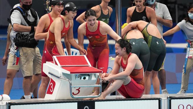 Las nadadoras chinas celebran su oro con récord del mundo incluido.