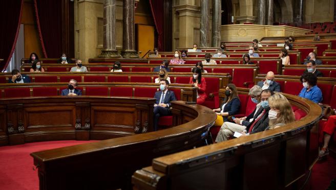 El Parlament aprueba subir el sueldo a funcionarios y que cobren parte de la paga extra de 2014