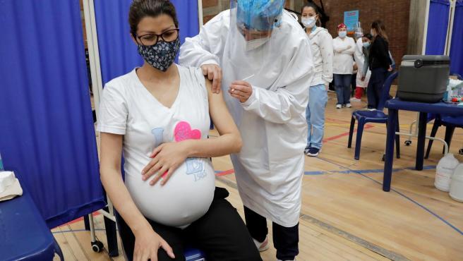 Una mujer embarazada recibe una dosis de la vacuna de Pfizer contra la Covid-19 en Colombia.